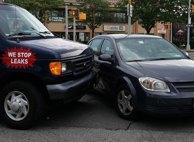 Повредили машину во дворе и скрылись - как получить возмещение по страховке?