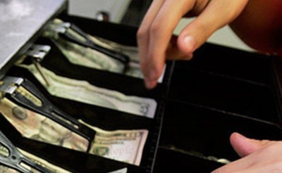 Сотрудник магазина украл деньги с кассе