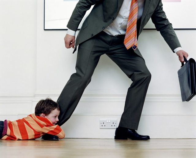 Может ли биологический отец отказаться от ребенка в пользу конкретного лица?