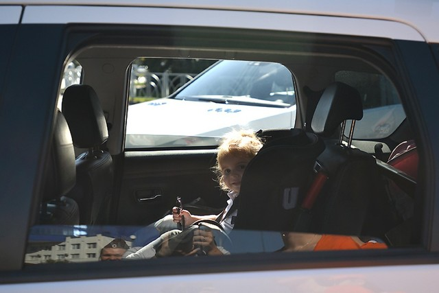 Можно ли оставлять детей одних в машине? Ответ - нет, если им нет 7 лет. Что говорит закон, какой штраф и последствия грозят