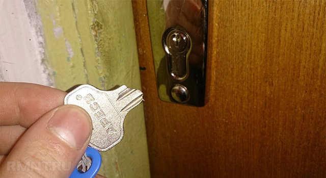 Соседи повредили нашу общую входную дверь