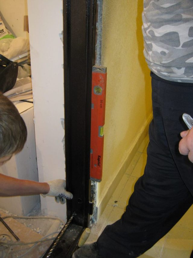 Дверь в квартиру установили криво - что делать?