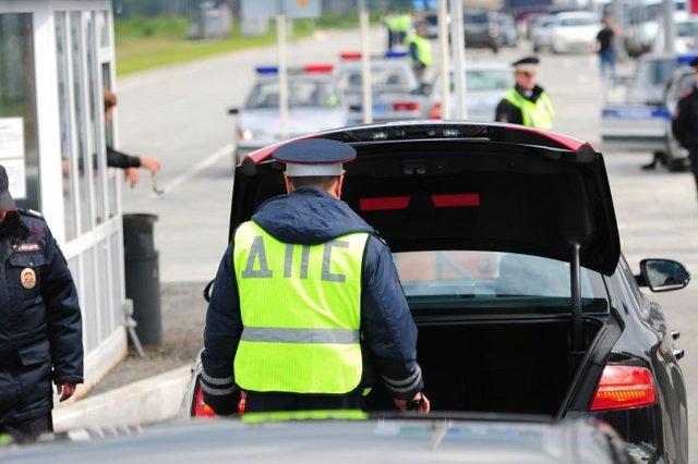 Сотрудник ДПС требует открыть багажник (капот или заднюю дверь) - как нужно вести себя?