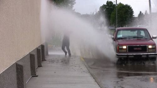 Меня обрызгал водой водитель - как его наказать?