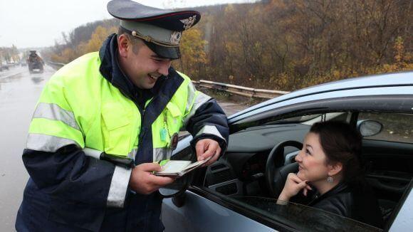 Сотрудник ДПС просит показать документы - как правильно вести себя?